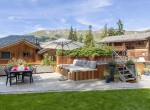 the-lodge_outdoor-hot-tub-and-seating-area