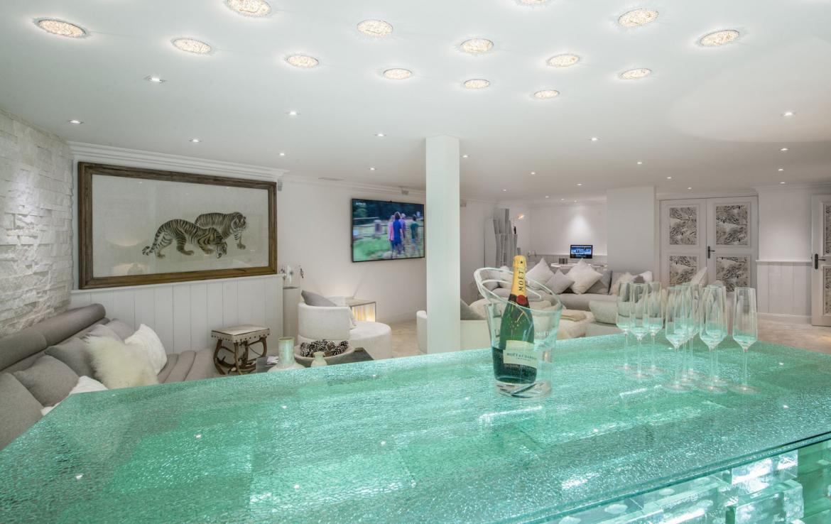 Kings-avenue-courchevel-jacuzzi-hammam-swimming-pool-childfriendly-parking-boot-heaters-fireplace-bar-lounge-massage-room-fitness-room-area-courchevel-027-7