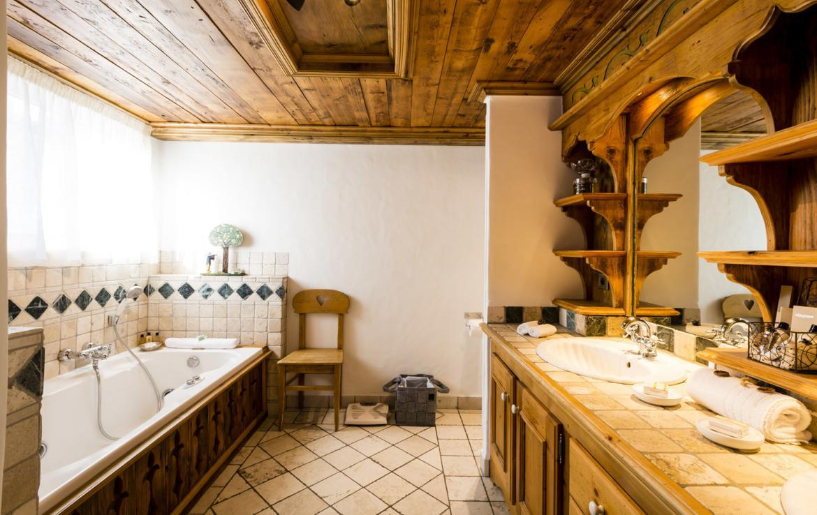 Kings-avenue-courchevel-sauna-hammam-swimming-pool-childfriendly-parking-boot-heaters-fireplace-mezzanine-tv-videos-area-courchevel-025-16