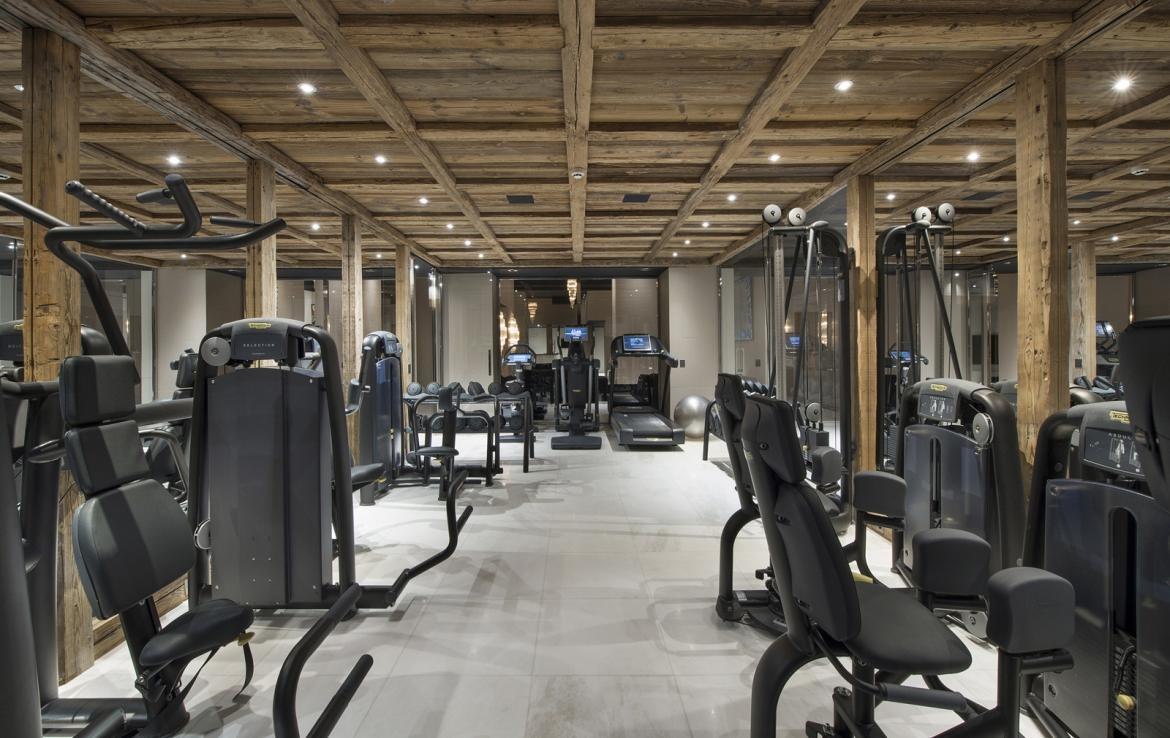 Kings-avenue-courchevel-sauna-jacuzzi-hammam-swimming-pool-gym-boot-heaters-fireplace-spa-massage-room-hair-salon-lift-party-bar-wince-cellararea-courchevel-018-11