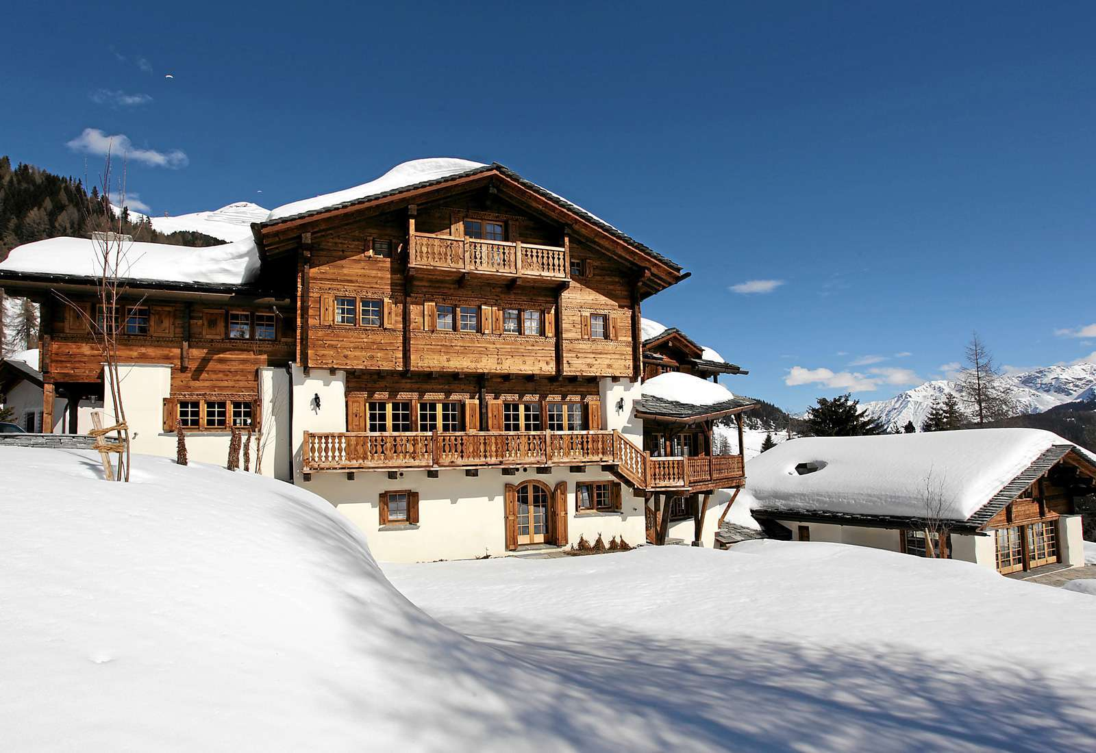 Kings-avenue-davos-sauna-jacuzzi-hammam-swimming-pool-parking-cinema-kids-playroom-boot-heaters-fireplace-ski-in-ski-out-wine-cellar-spa-massage-waterfall-area-davos-001-2