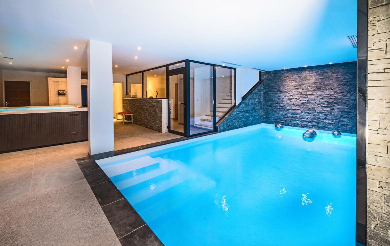 Kings-avenue-gourchevel-village-sauna-jacuzzi-swimming-pool-childfriendly-parking-boot-heaters-fireplace-area-gourchevel-village-002-4