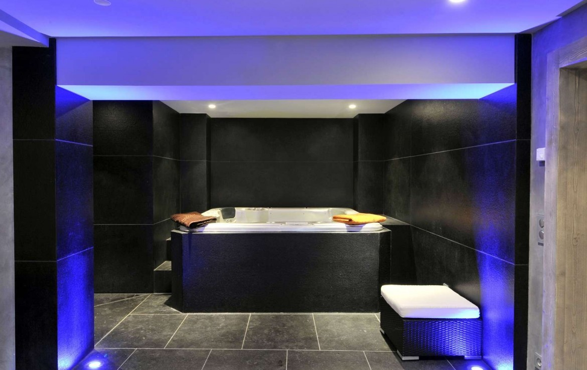 Kings-avenue-méribel-snow-indoor-jacuzzi-hammam-childfriendly-parking-fireplace-tv-area-spa-area-relaxation-area-bar-garden-area-méribel-007-9