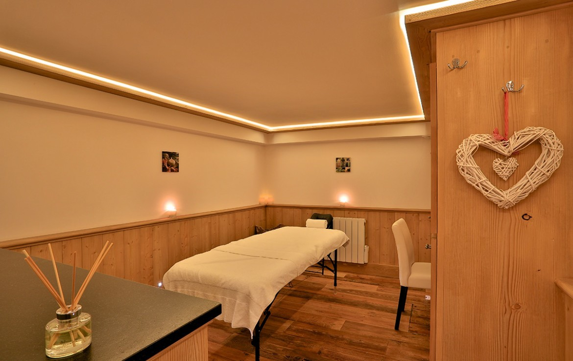 Kings-avenue-méribel-snow-jacuzzi-hammam-childfriendly-parking-fireplace-skin-in-ski-out-terrace-cinema-gym-massage-room-beauty-therapie-room-area-méribel-010-20