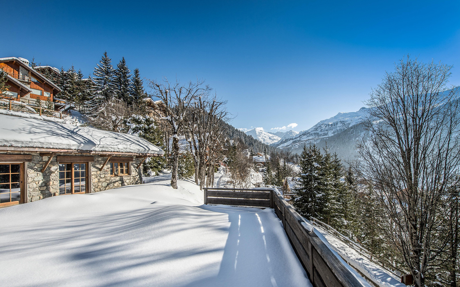 Kings-avenue-méribel-snow-sauna-hammam-swimming-pool-childfriendly-cinema-kids-playroom-games-room-fireplace-spa-ski-room-boot-heaters-terrace-garden-area-méribel-005
