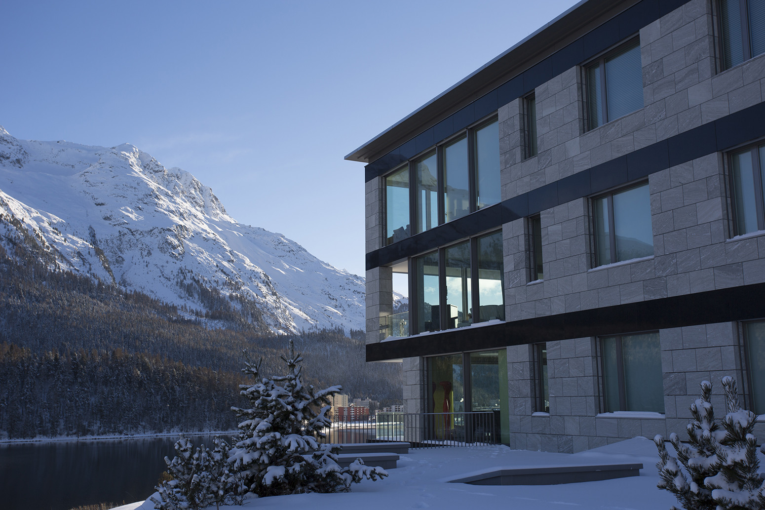Kings-avenue-st-moritz-snow-tv-wifi-indoor-jacuzzi-childfriendly-covered-parking-fireplace-area-st-mortiz-005