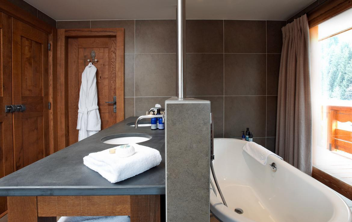 bathroom-in-luxury-chalet-in-meribel-ski-in-out