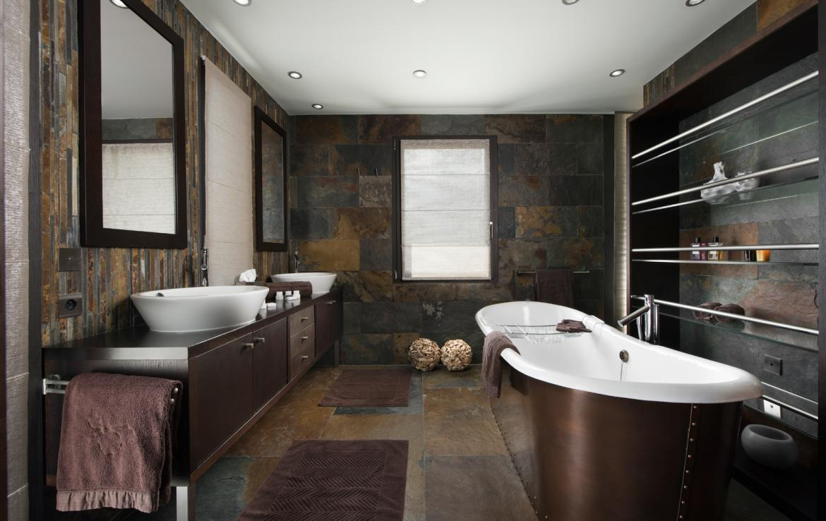 kings-avenue-luxury-chalet-courchevel-003-master-bathroom