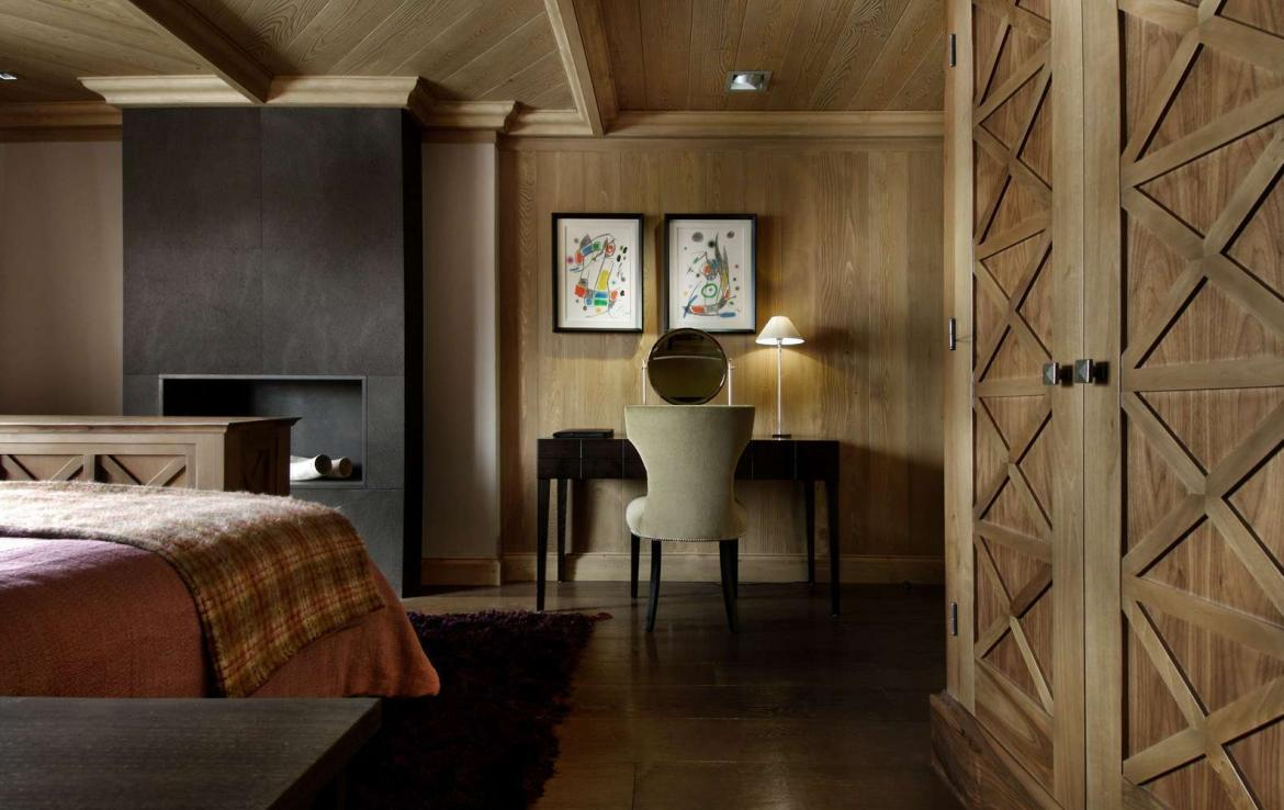 kings-avenue-luxury-chalet-courchevel-004-bedroom-with-desk