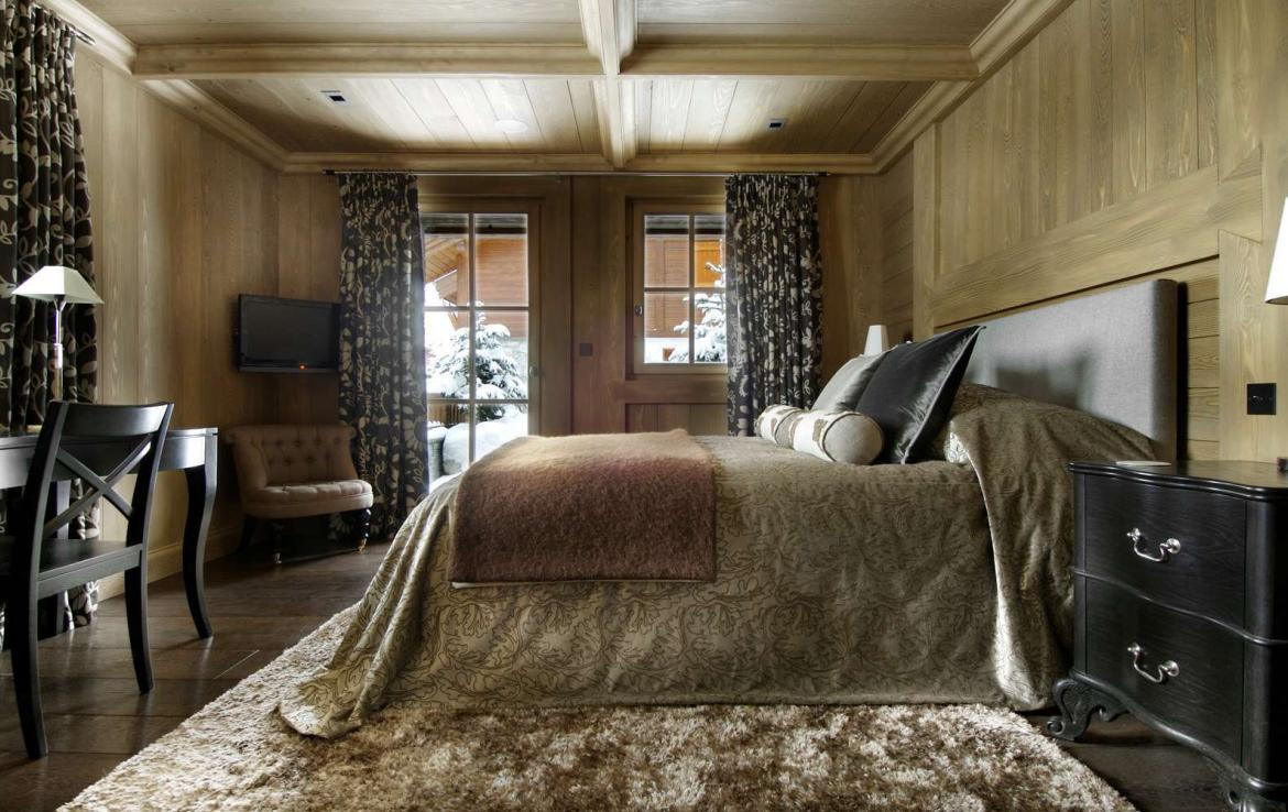 kings-avenue-luxury-chalet-courchevel-004-bedroom-with-tv