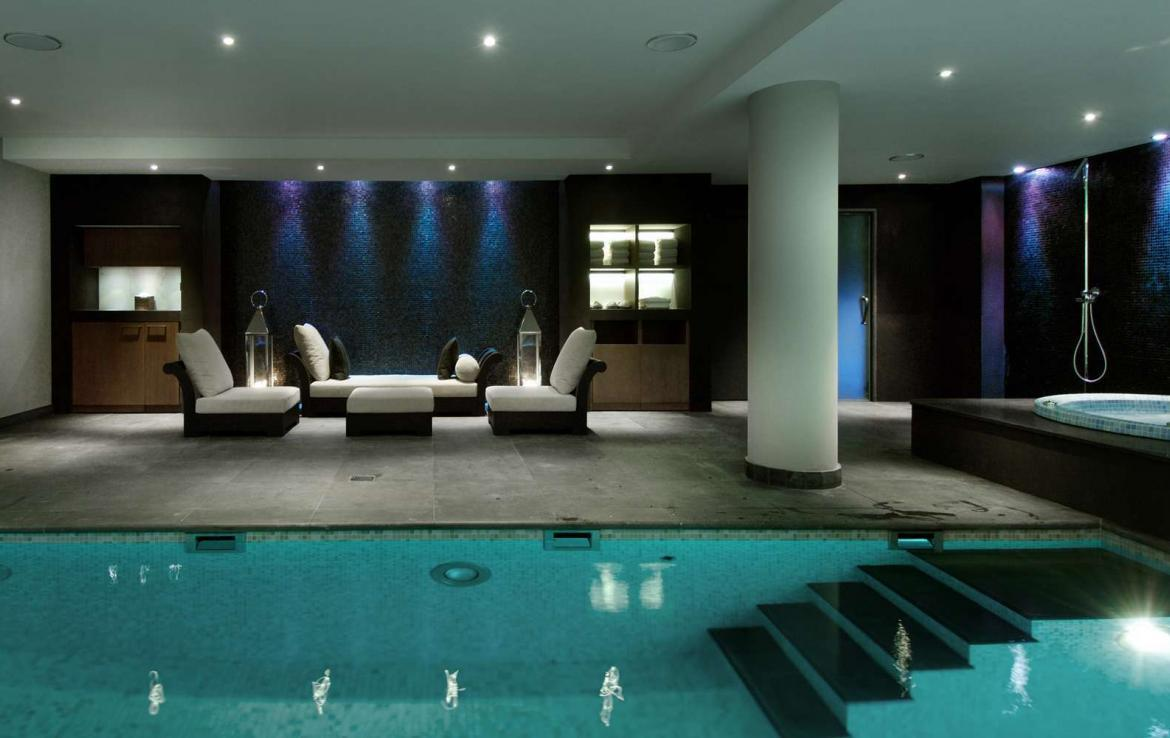 kings-avenue-luxury-chalet-courchevel-004-front-view-swimming-pool-with-relaxation-area
