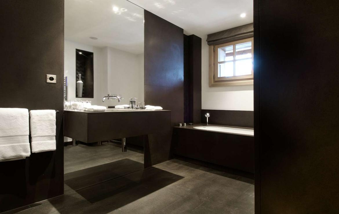 kings-avenue-luxury-chalet-courchevel-004-master-bathroom