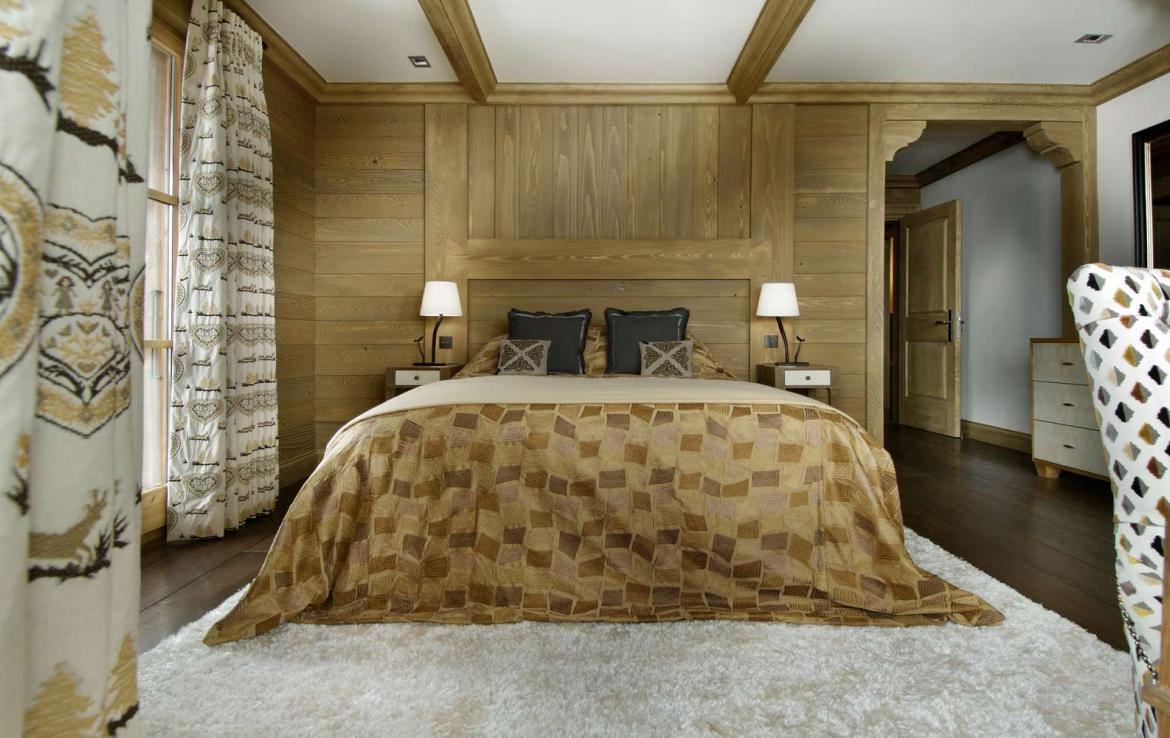 kings-avenue-luxury-chalet-courchevel-004-master-bedroom