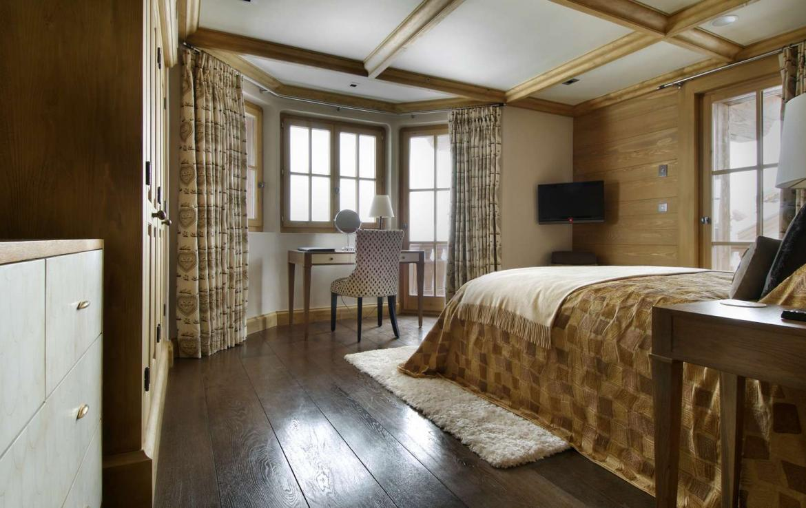kings-avenue-luxury-chalet-courchevel-004-side-view-master-bedroom-with-desk-and-views