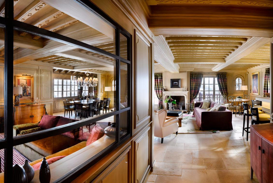kings-avenue-luxury-chalet-courchevel-006-living-room-with-dining-table-mirrors-and-mountain-views