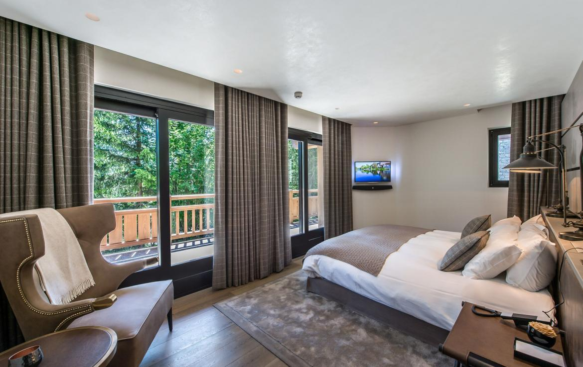 kings-avenue-luxury-chalet-courchevel-008-bedroom-with-balcony