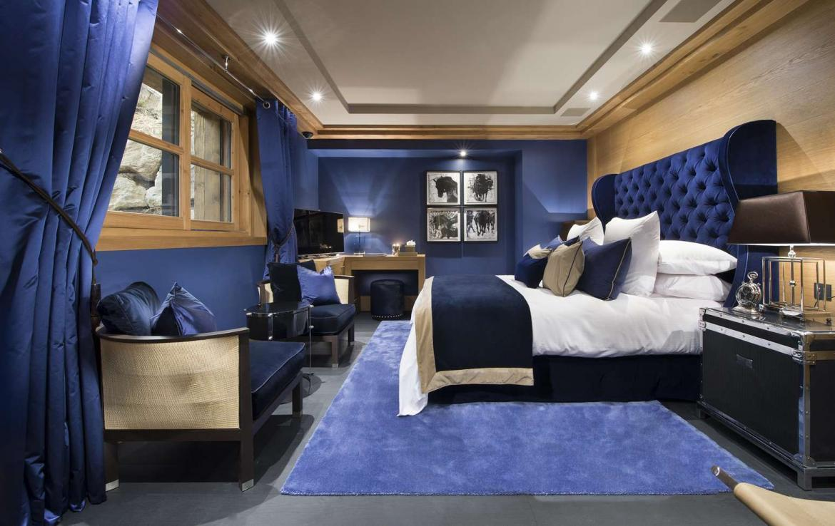 kings-avenue-luxury-chalet-courchevel-009-blue-master-bedroom-with-tv