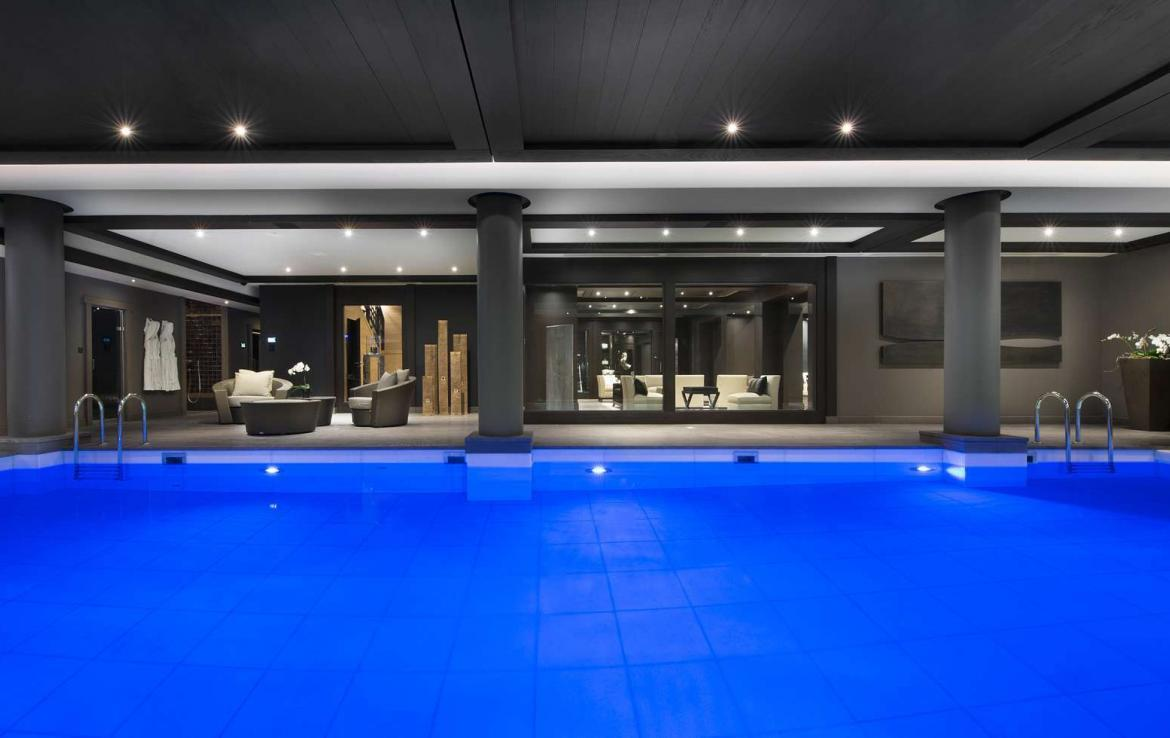 kings-avenue-luxury-chalet-courchevel-009-indoor-swimming-pool-with-relaxation-area