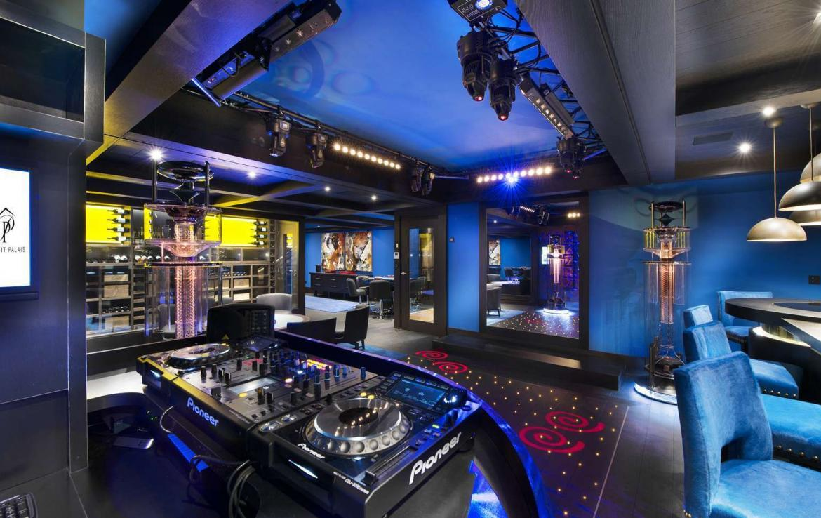 kings-avenue-luxury-chalet-courchevel-009-nightclub-with-bar