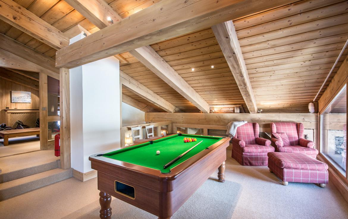 kings-avenue-luxury-chalet-courchevel-011-games-room-with-billiard-and-sitting-place