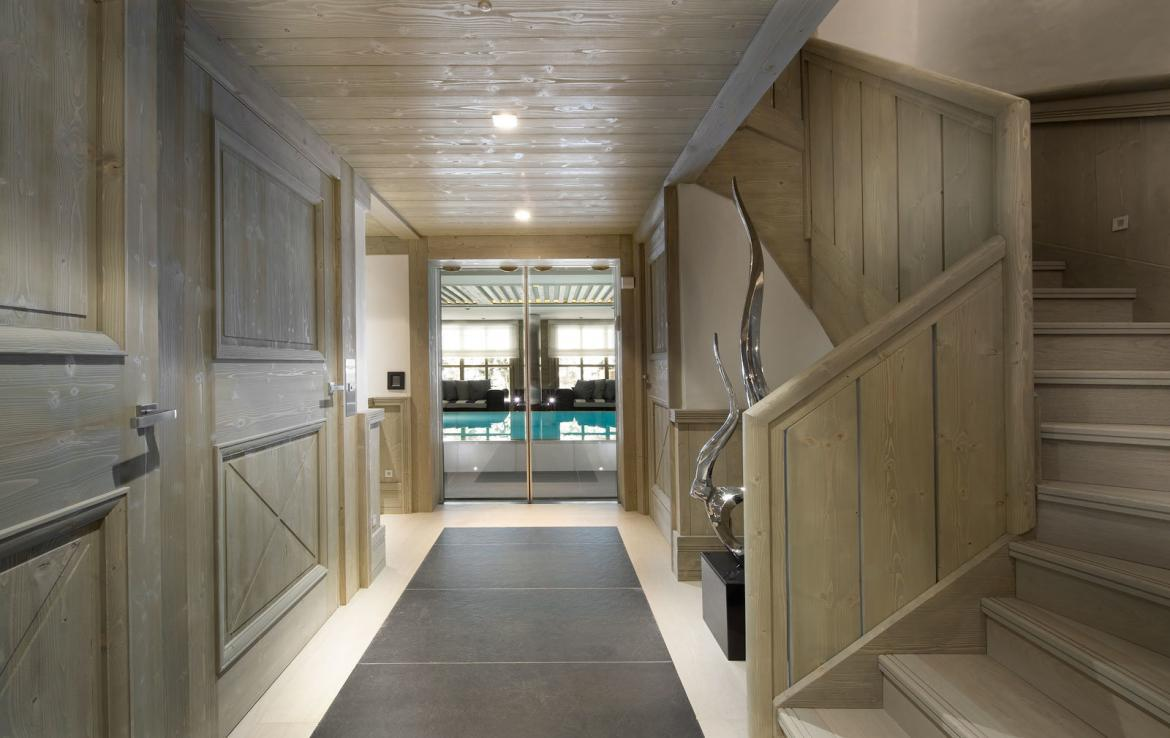 corridor-chalet-looking-to-swimming-pool-courchevel